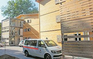 Das Rote Kreuz hat zehn Fl¸chtlingsh‰user errichtet. Die Kredite ¸ber f¸nf Millionen Euro werden aus Tags‰tzen finanziert. Bild: Rotes Kreuz
